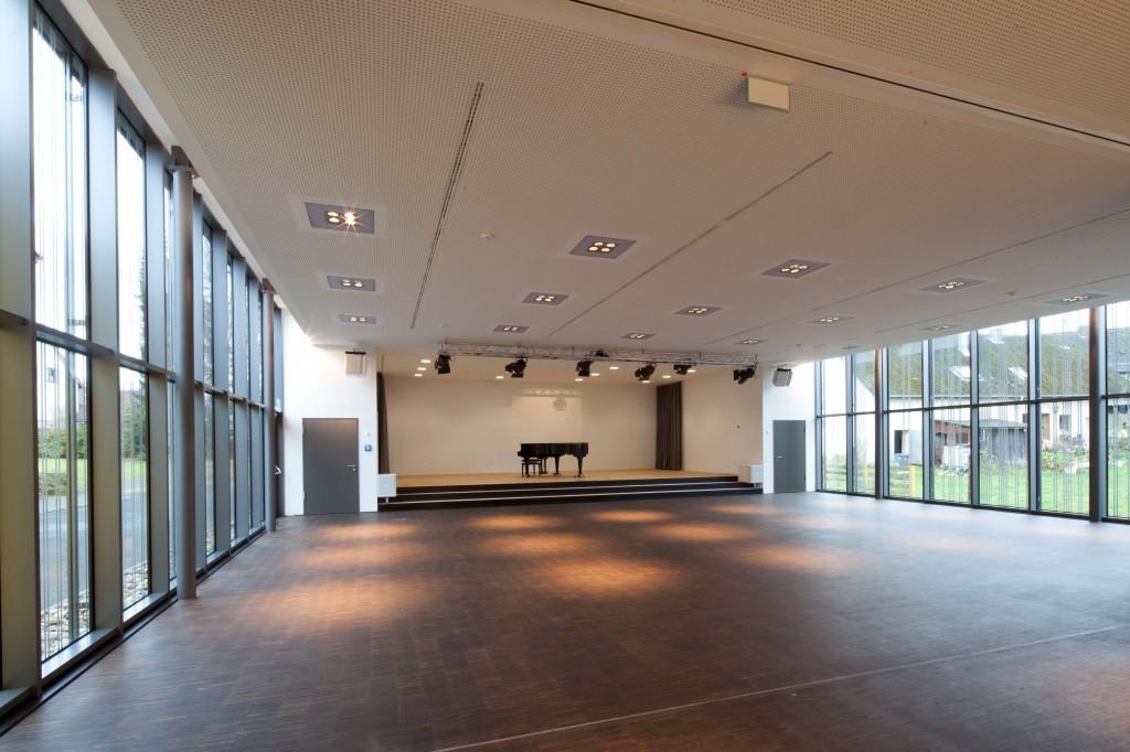 Gemeindezentrum innen Blick auf Saal und Bühne