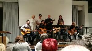 Ralph Schäfer-Lösch, Inhaber und Leiter der fun-music-school, stimmte mit seiner bunten Musikergruppe die Anwesenden auf den Informationsabend ein.